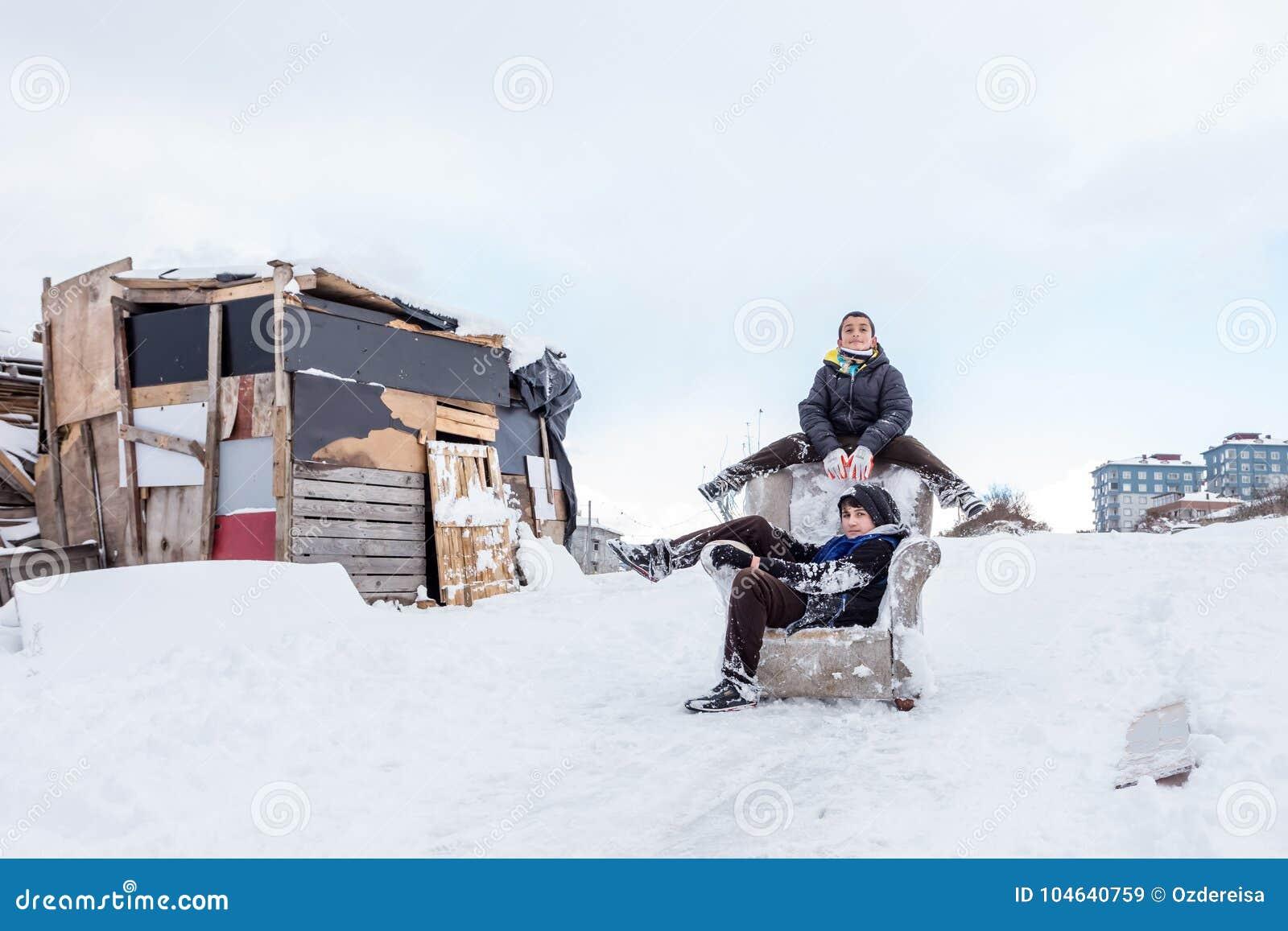 Download De Kinderen Glijden Op Sneeuw In Oude Schoolstijl Met Hardhout Redactionele Stock Afbeelding - Afbeelding bestaande uit kajak, park: 104640759