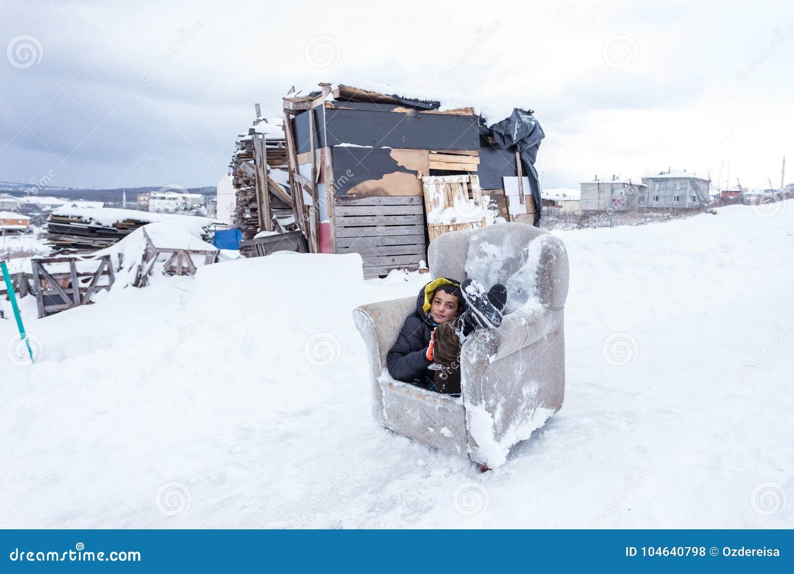 Download De Kinderen Glijden Op Sneeuw In Oude Schoolstijl Met Hardhout Redactionele Stock Foto - Afbeelding bestaande uit nave, vrolijkheid: 104640798