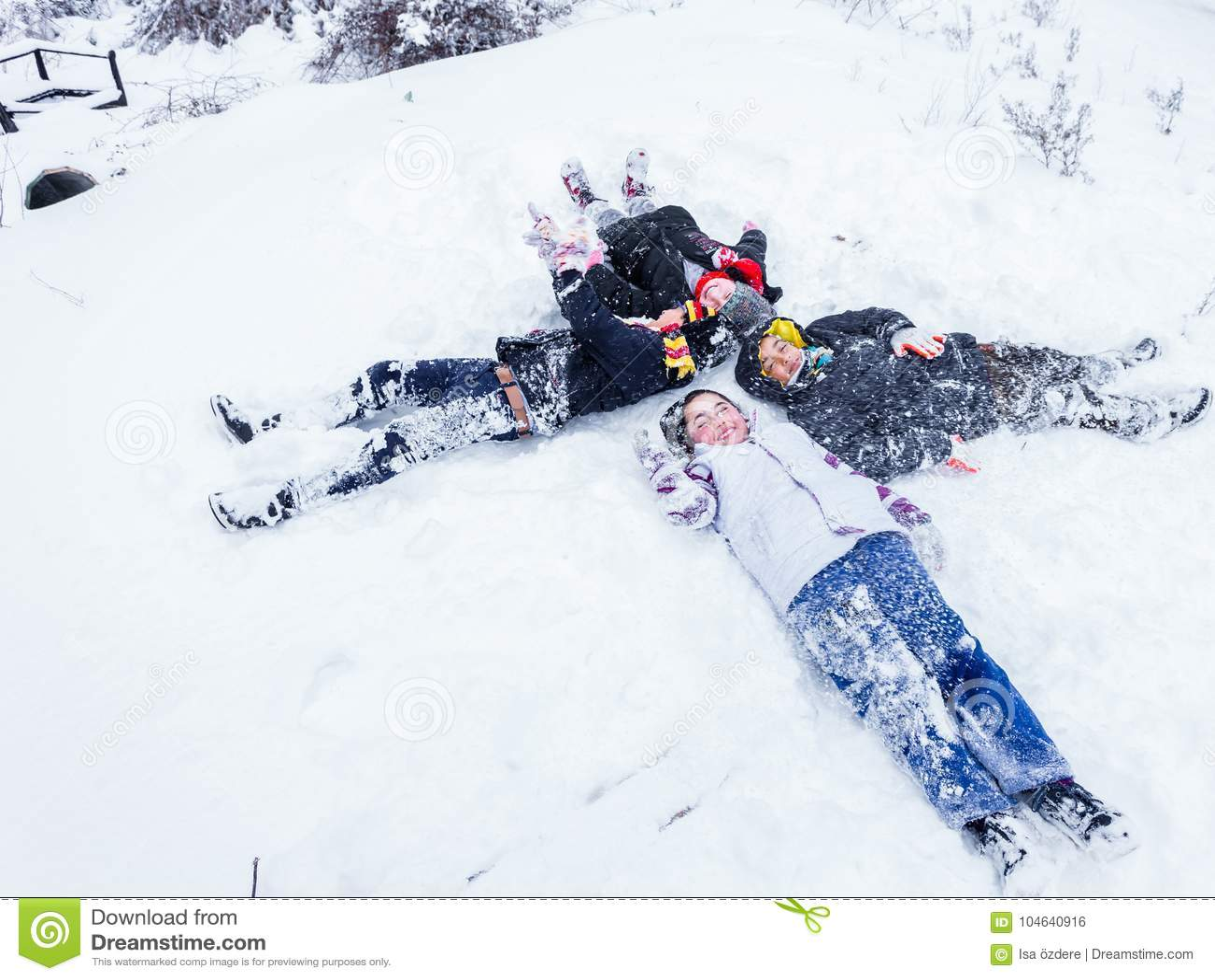 Download De Kinderen Glijden Op Sneeuw In Oude Schoolstijl Met Hardhout Redactionele Foto - Afbeelding bestaande uit hemel, slee: 104640916