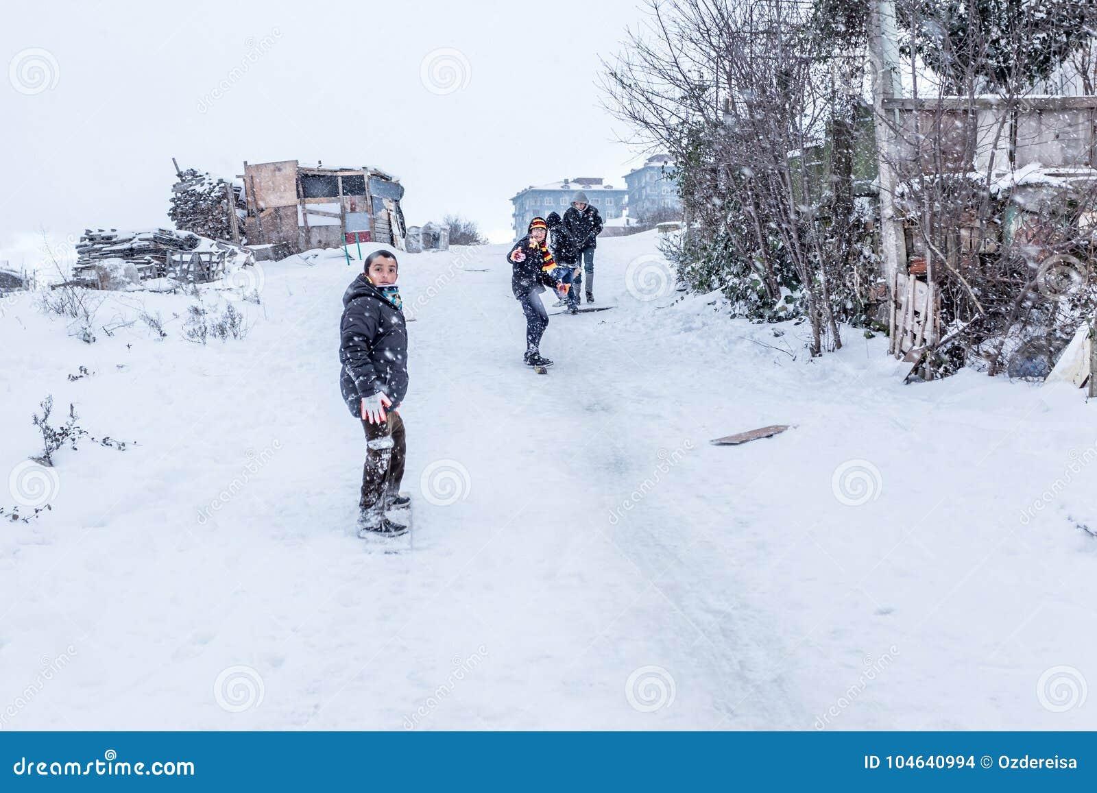 Download De Kinderen Glijden Op Sneeuw In Oude Schoolstijl Met Hardhout Redactionele Stock Afbeelding - Afbeelding bestaande uit weinig, geluk: 104640994