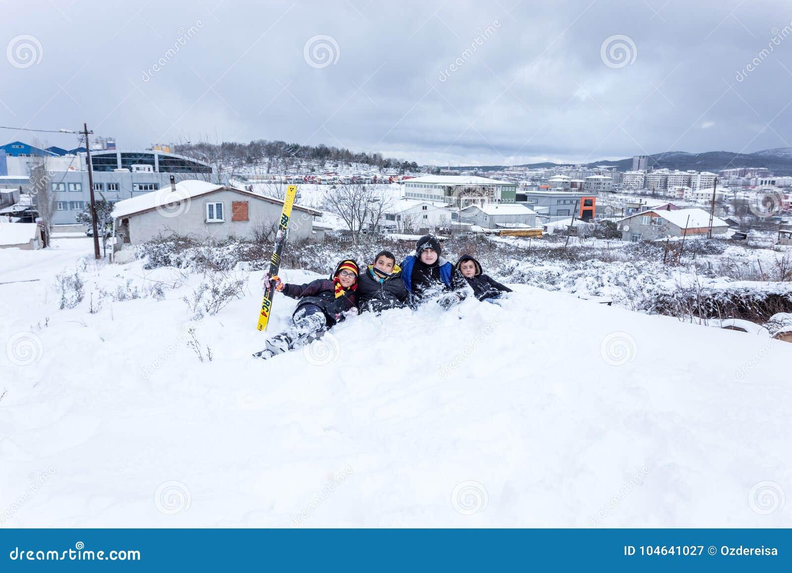 Download De Kinderen Glijden Op Sneeuw In Oude Schoolstijl Met Hardhout Redactionele Fotografie - Afbeelding bestaande uit buiten, seizoen: 104641027
