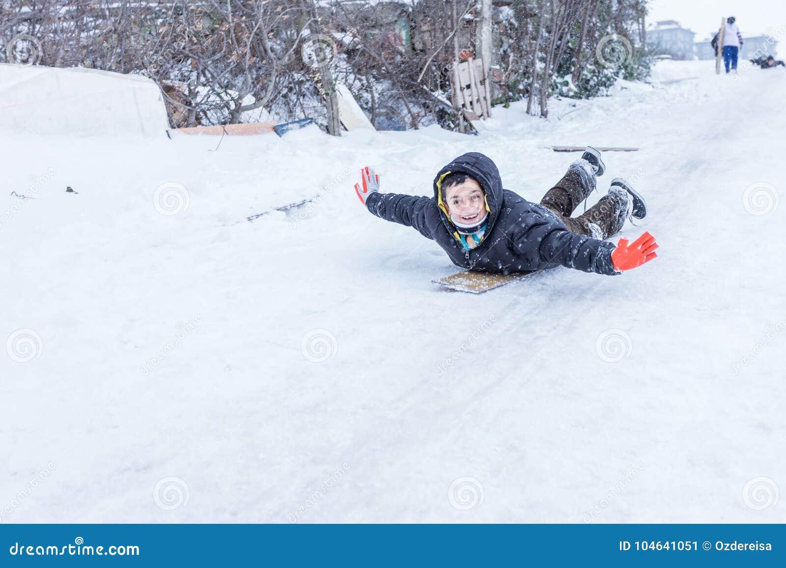 Download De Kinderen Glijden Op Sneeuw In Oude Schoolstijl Met Hardhout Redactionele Foto - Afbeelding bestaande uit slee, koude: 104641051