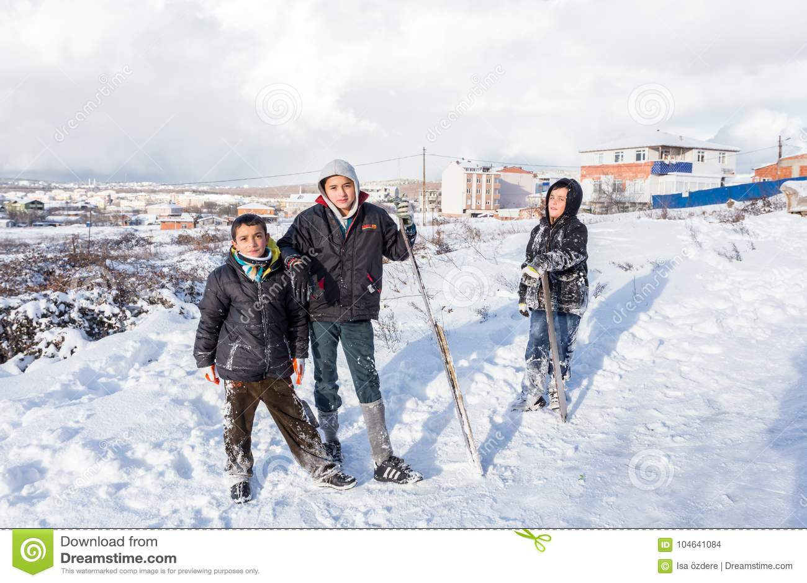 Download De Kinderen Glijden Op Sneeuw In Oude Schoolstijl Met Hardhout Redactionele Stock Afbeelding - Afbeelding bestaande uit heuvel, activiteit: 104641084