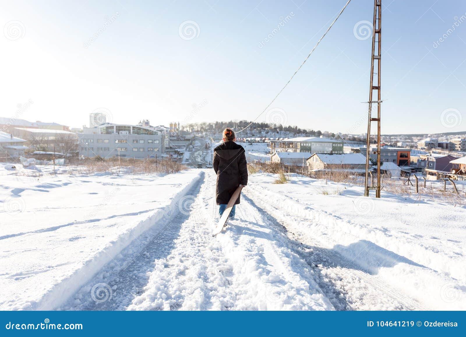Download De Kinderen Glijden Op Sneeuw In Oude Schoolstijl Met Hardhout Redactionele Stock Afbeelding - Afbeelding bestaande uit koude, leuk: 104641219