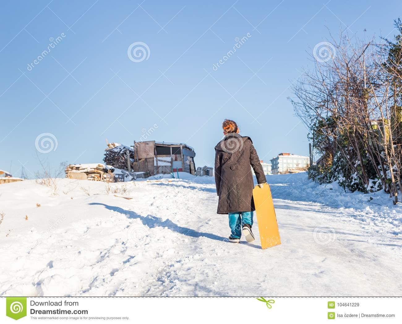 Download De Kinderen Glijden Op Sneeuw In Oude Schoolstijl Met Hardhout Redactionele Stock Afbeelding - Afbeelding bestaande uit koude, seizoen: 104641229