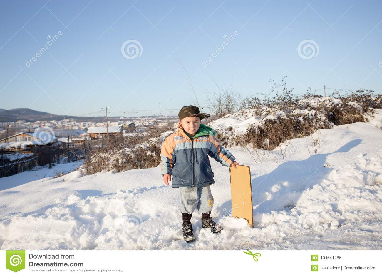 Download De Kinderen Glijden Op Sneeuw In Oude Schoolstijl Met Hardhout Redactionele Foto - Afbeelding bestaande uit spel, activiteit: 104641286