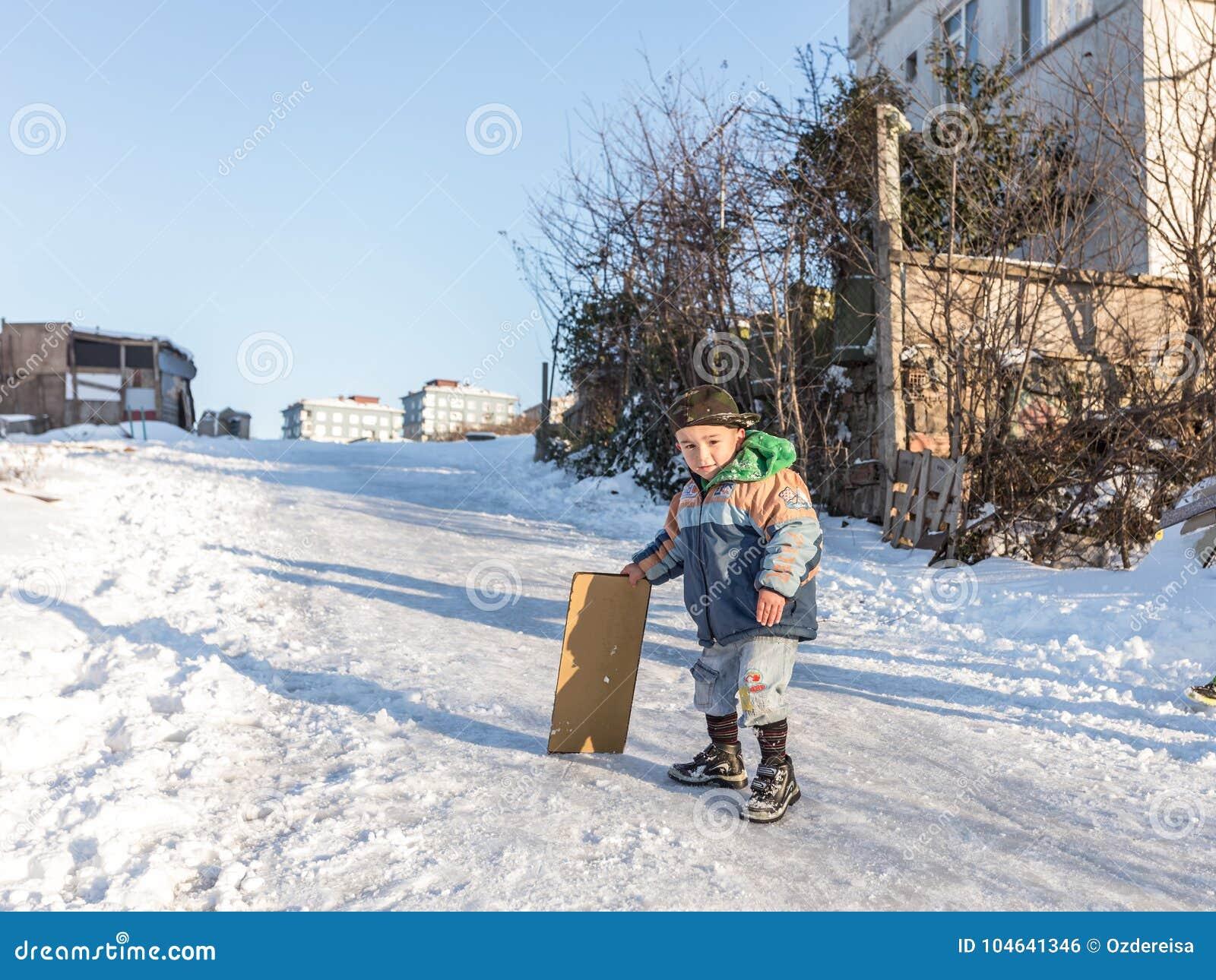 Download De Kinderen Glijden Op Sneeuw In Oude Schoolstijl Met Hardhout Redactionele Foto - Afbeelding bestaande uit vreugde, pret: 104641346