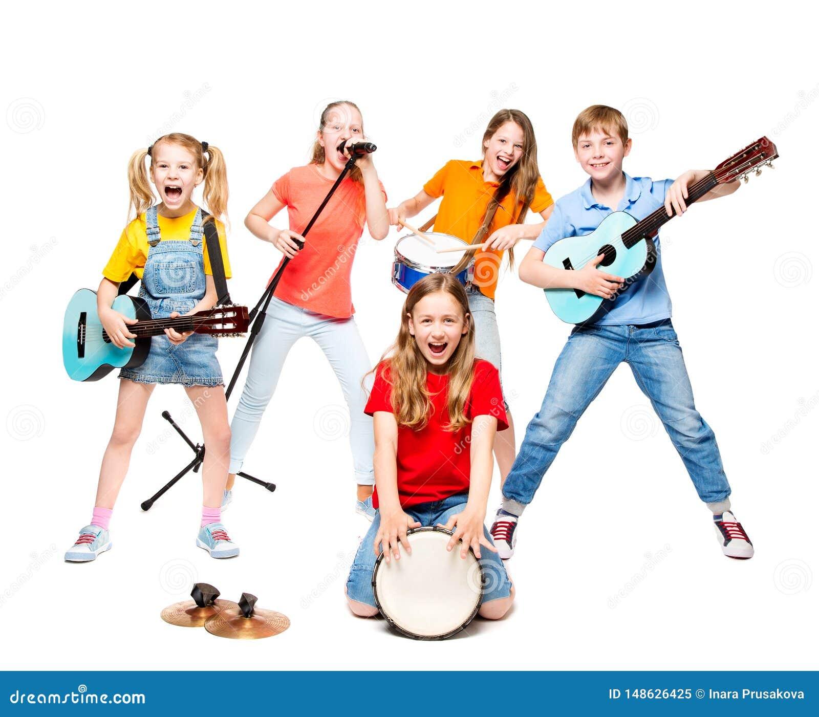 De kinderen groeperen het Spelen op Muziekinstrumenten, Jonge geitjes Muzikale Band op Wit