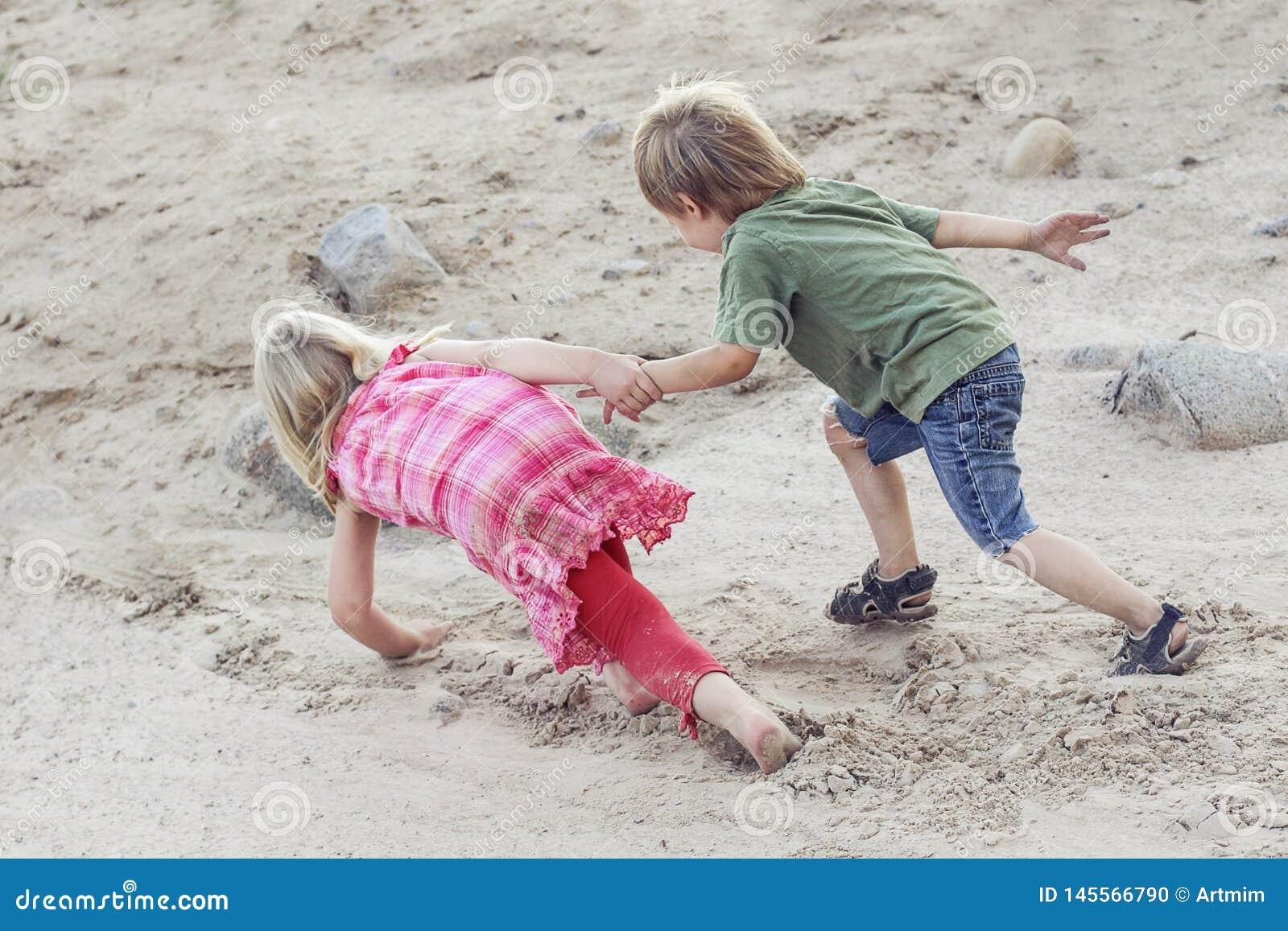 De kinderen helpen elkaar Hulpconcept openlucht