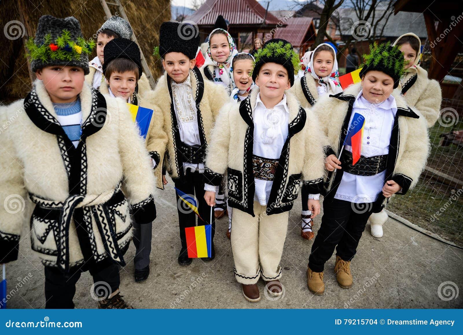 De kinderen kleedden zich in traditionele Roemeense kleding