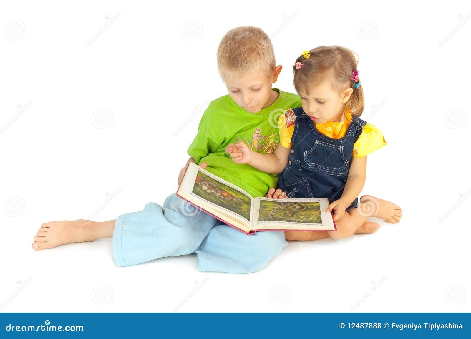 De kinderen lezen het boek royalty vrije stock foto 39 s afbeelding 12487888 - Bereik kind boek ...
