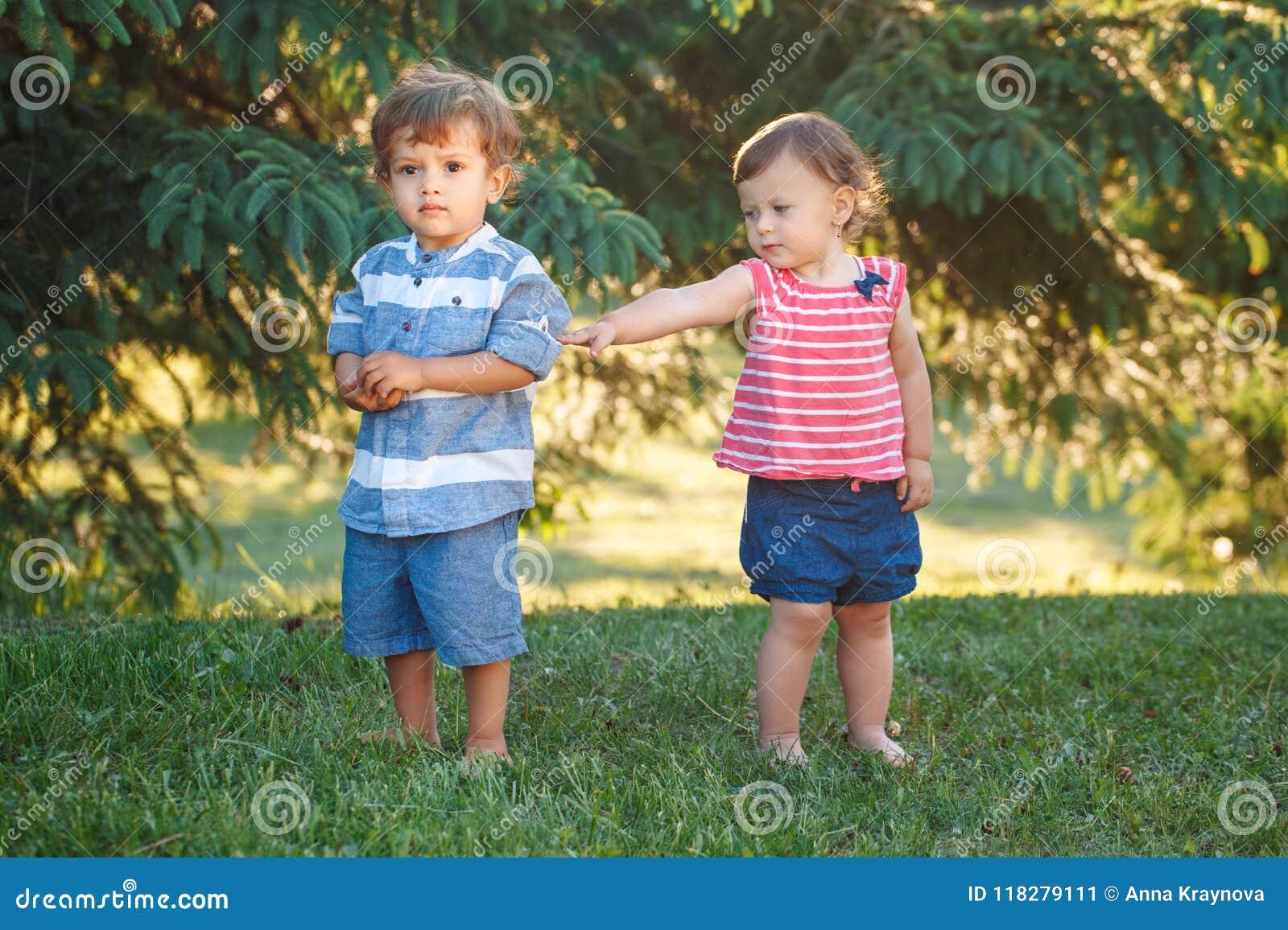 De kinderen maken en verzoening ruzie De kinderjarenconcept van de liefdevriendschap