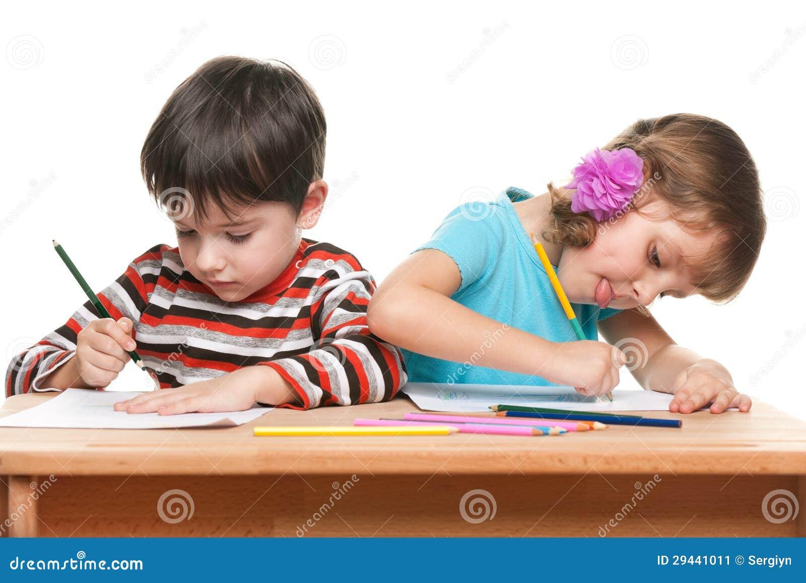 De kinderen schrijven bij het bureau stock afbeelding afbeelding 29441011 - Bureau kinderen ...