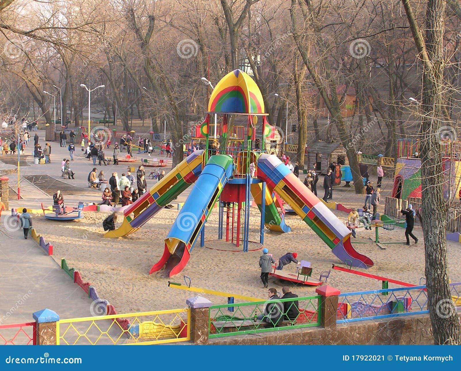 De kinderen spelen de grond van het kind in park