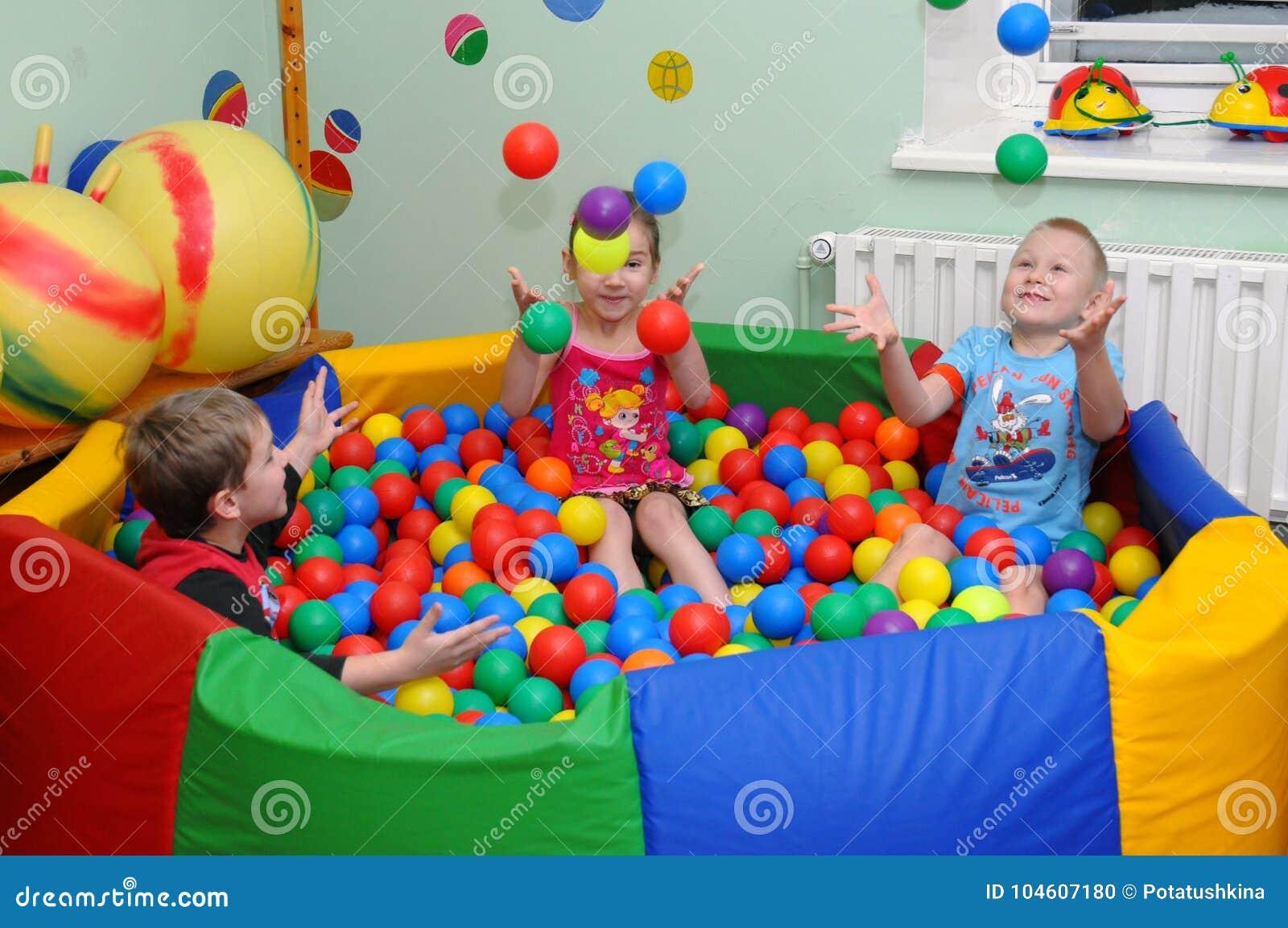 De kinderen spelen in de droge ` pool van `