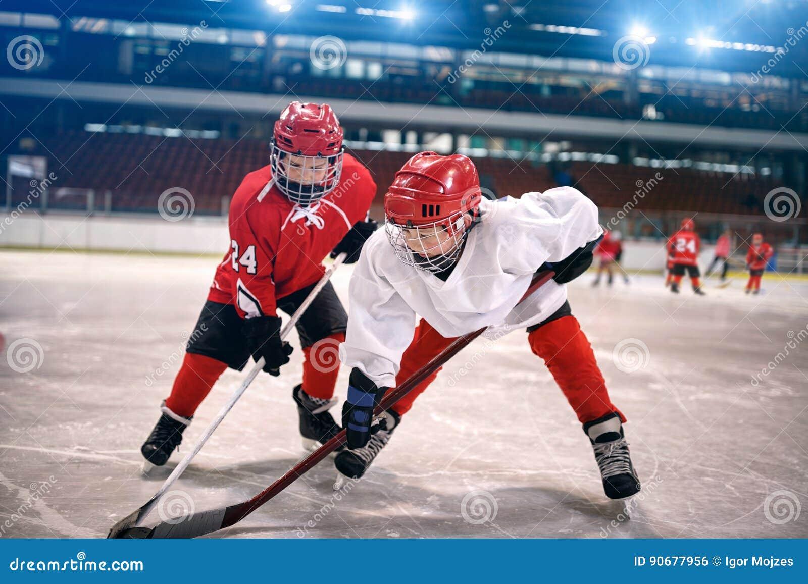 De kinderen spelen ijshockey