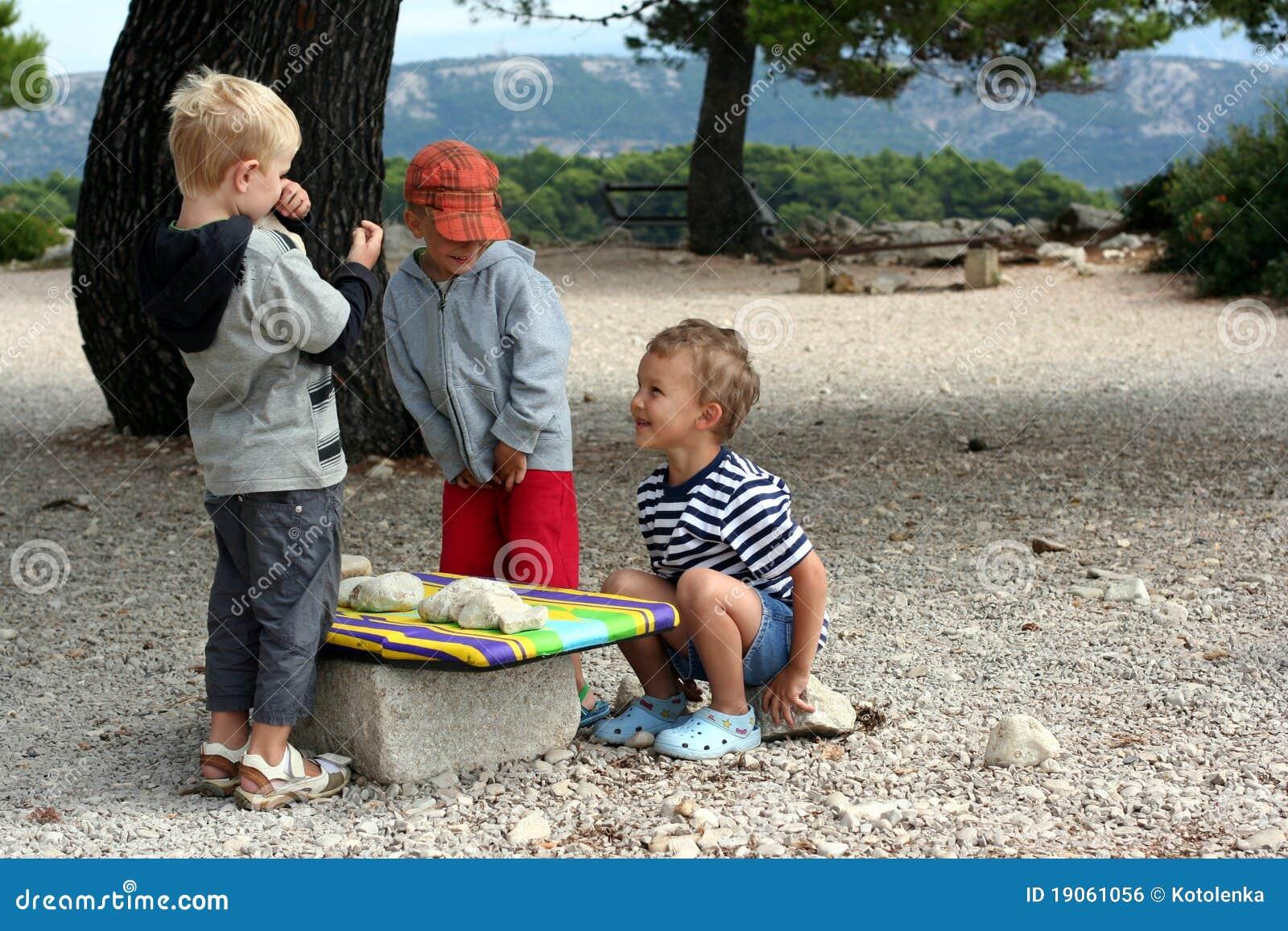 De Kinderen Spelen Markt Royalty-vrije Stock Afbeelding - Beeld ...