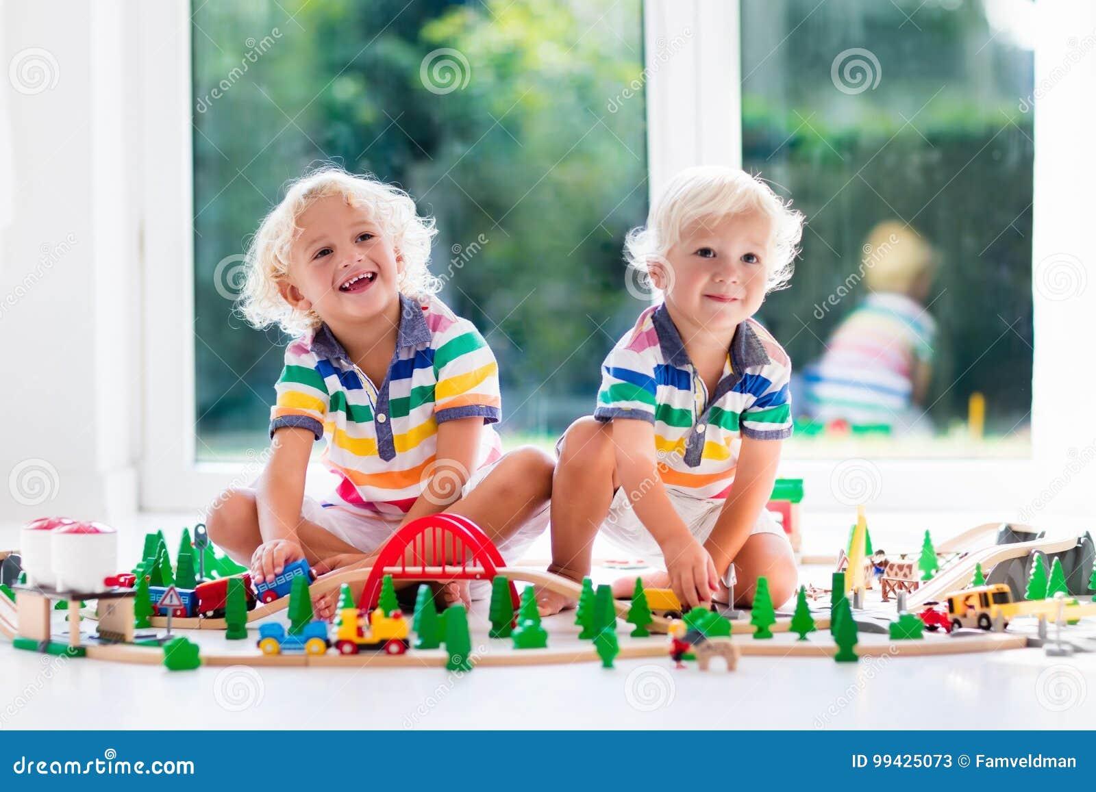 Kind Met Stuk Speelgoed Trein Jonge Geitjes Houten Spoorweg