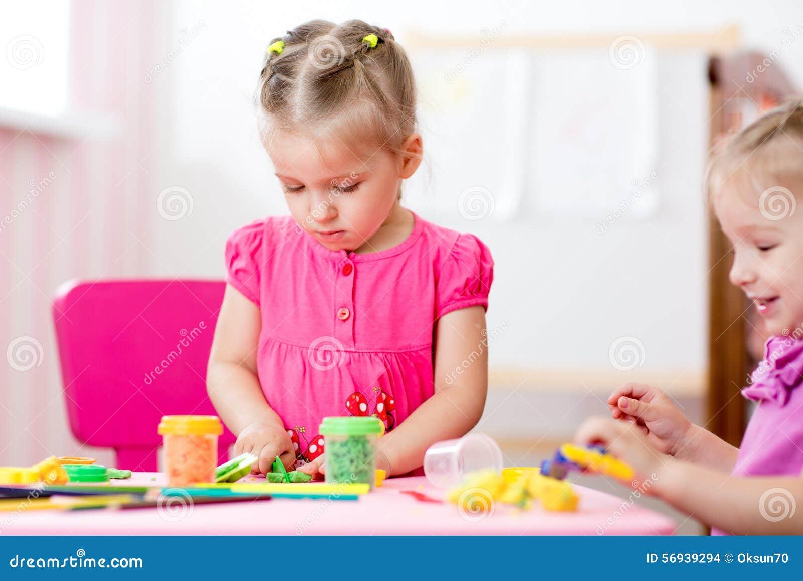 De Kinderen Vormen Van Klei In Spelruimte Peuter Stock Foto
