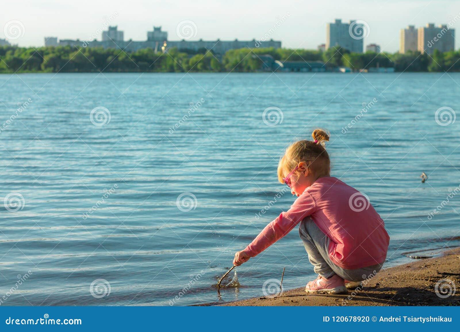 De kindlooppas op de kust in het zand
