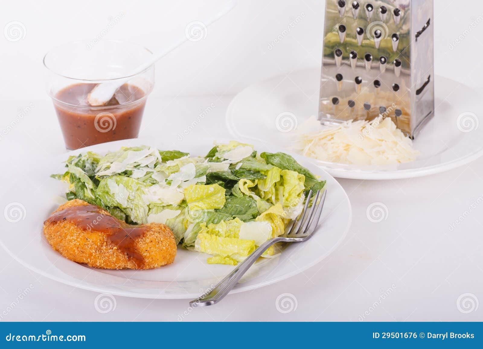 De Kip van de barbecue en Salade Caesar