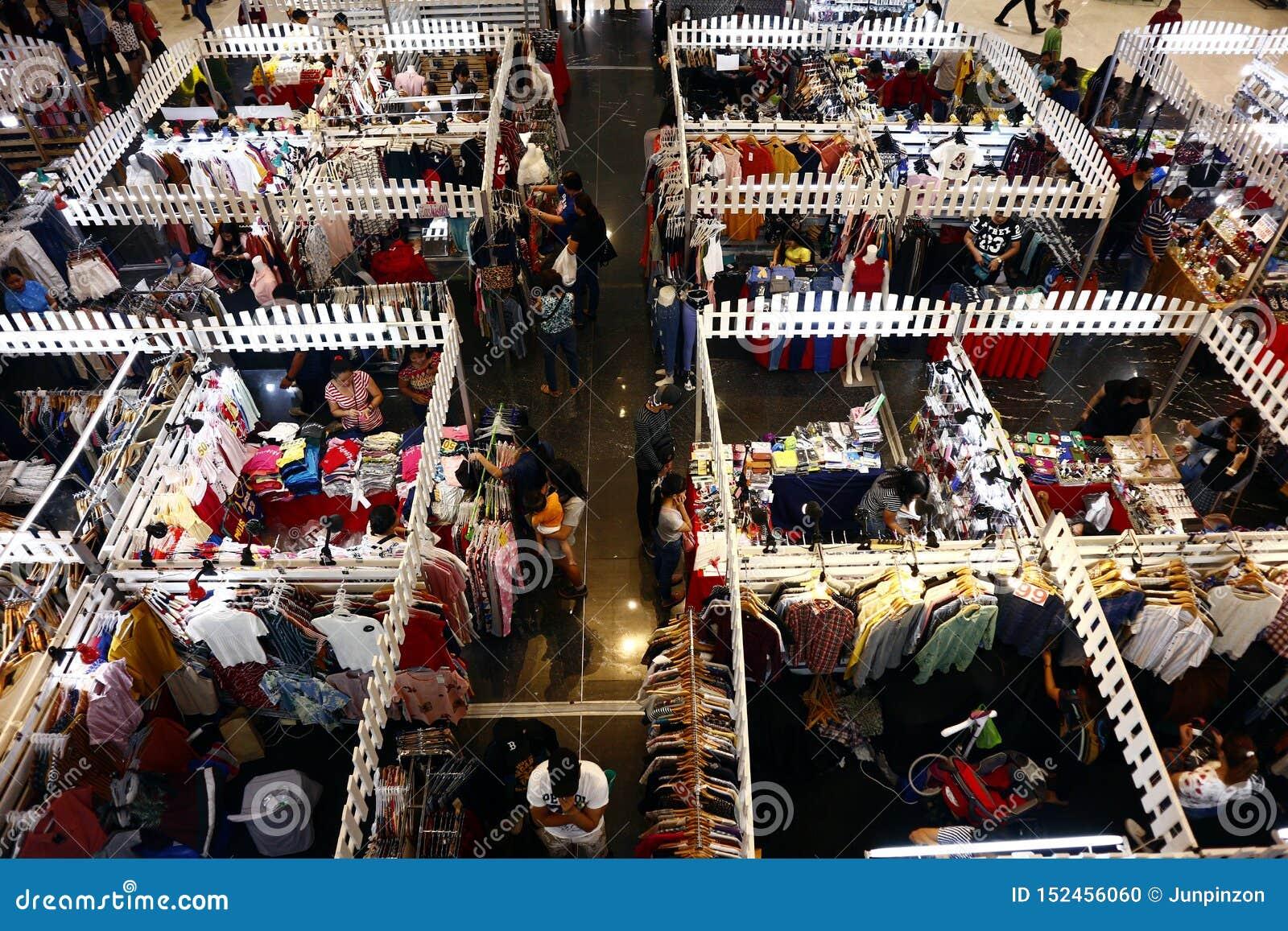 De klanten bezoeken en winkelen bij bazaar blokkeert verkopende kleren en andere maniertoebehoren