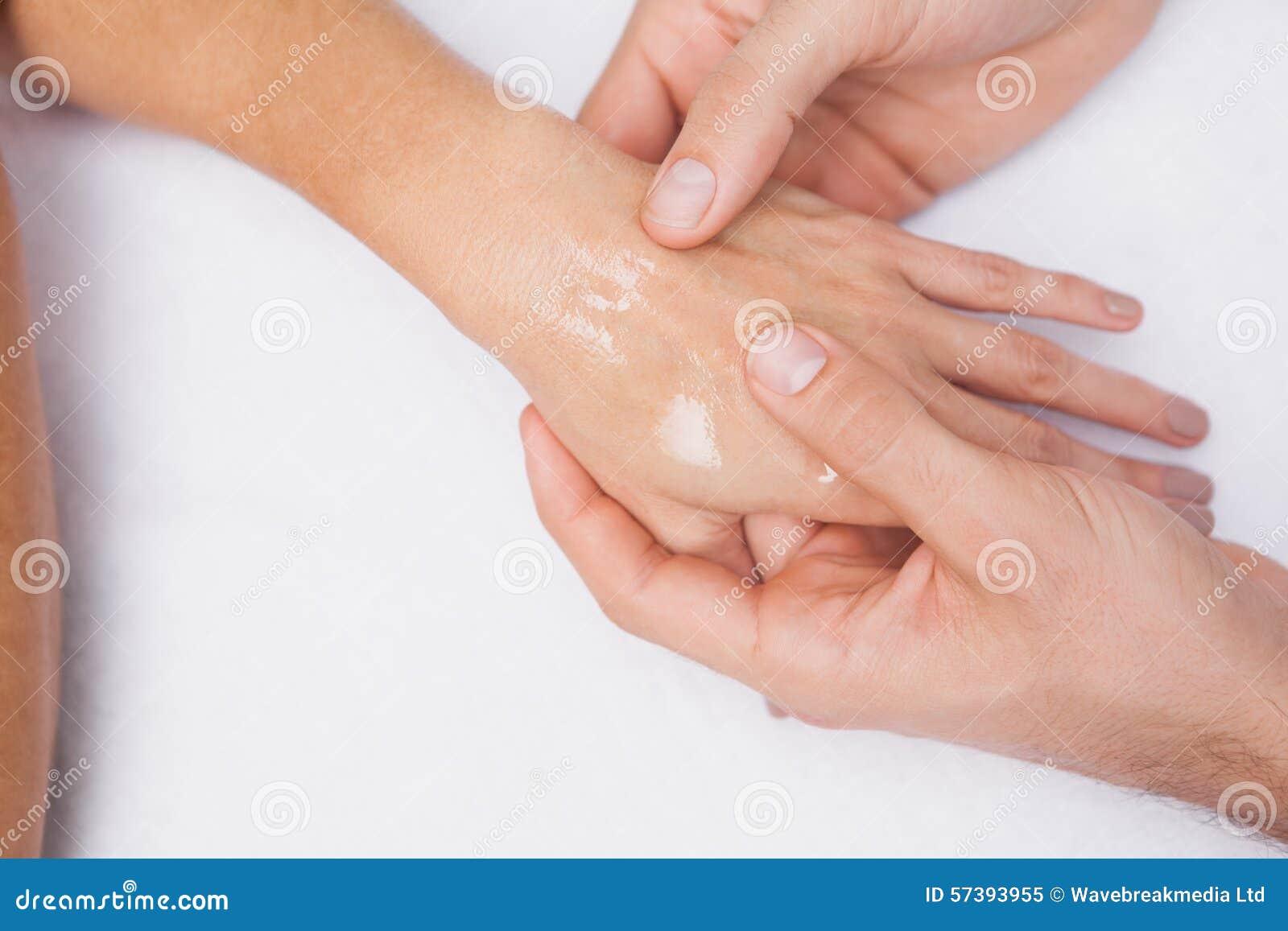 De klantenhand van de manicurewas