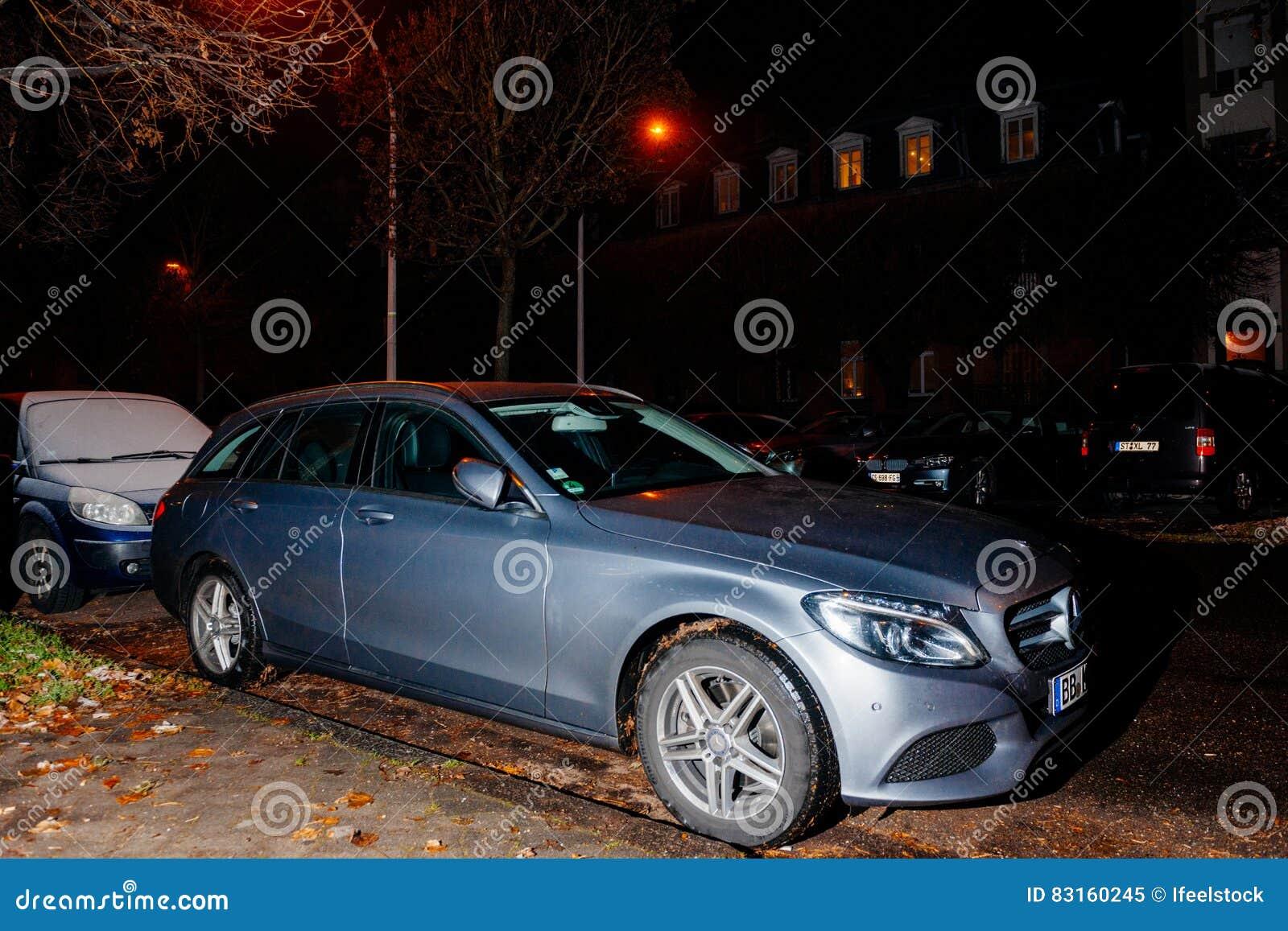 De Klassenauto Van Mercedes Benz E Bij Nacht Redactionele Afbeelding