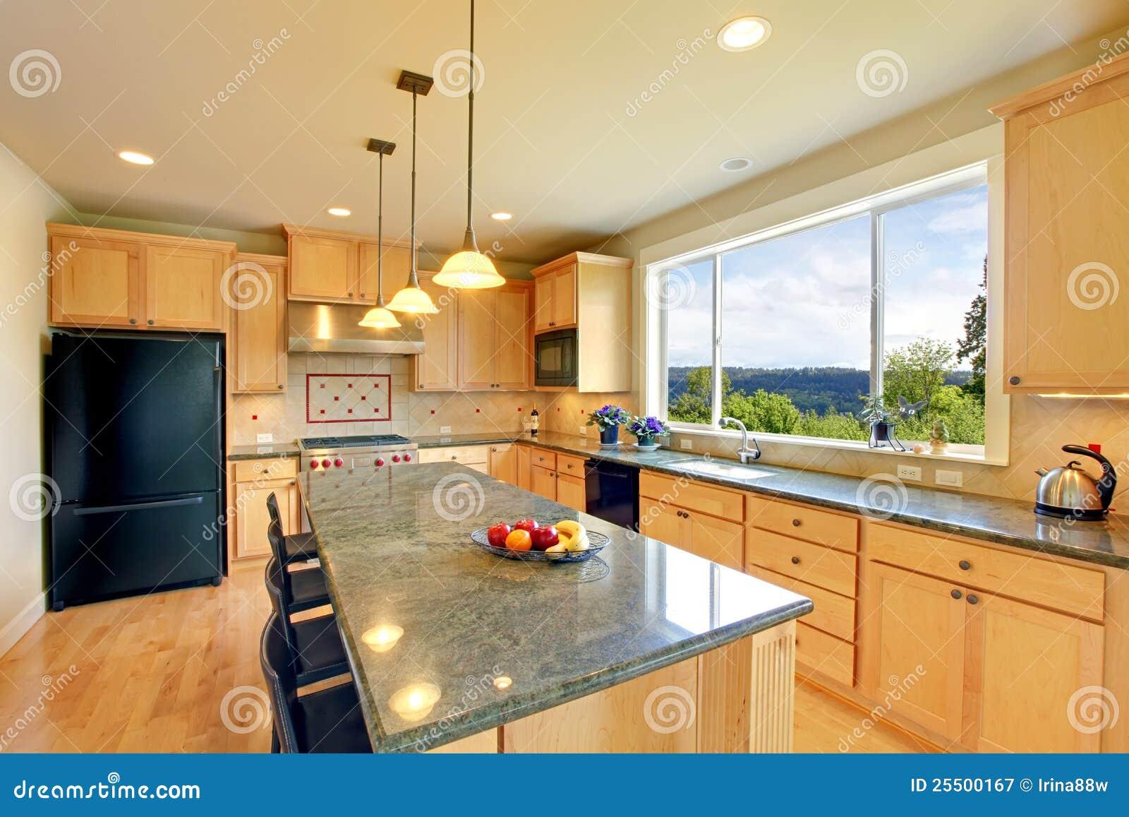 De klassieke houten keuken van de luxe met eiland. royalty vrije ...
