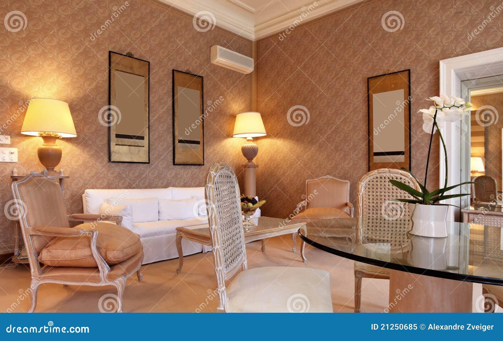 De klassieke woonkamer van omfortable stock afbeelding for Interieur engels