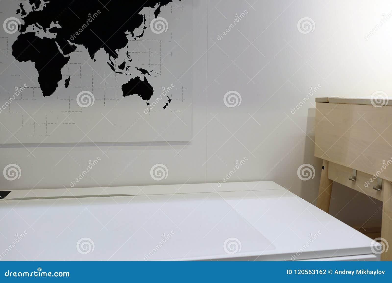 De kleine conferentieruimte in modern milieu met vensters, de rondetafel en de leunstoelen met wereld brengen en bedrijfsmensenpi
