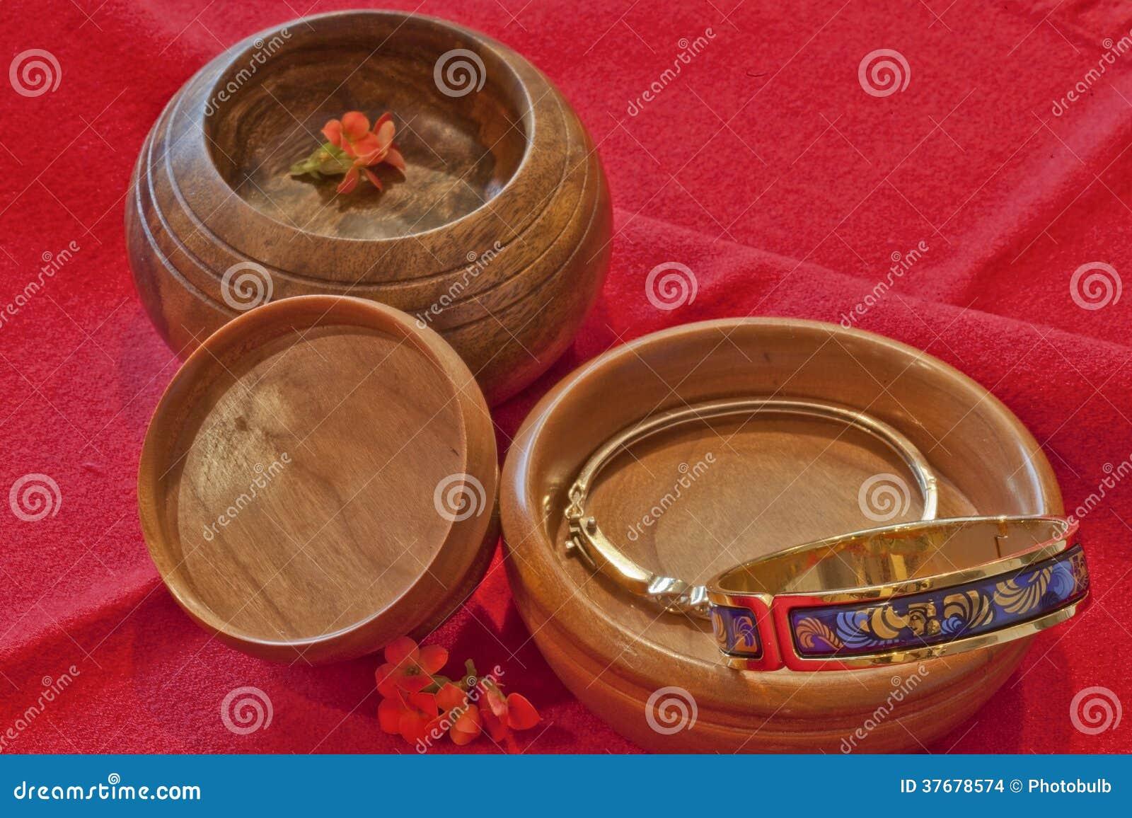 ... kersenhout en één Braziliaanse okkernoot houten kommen, met juwelen
