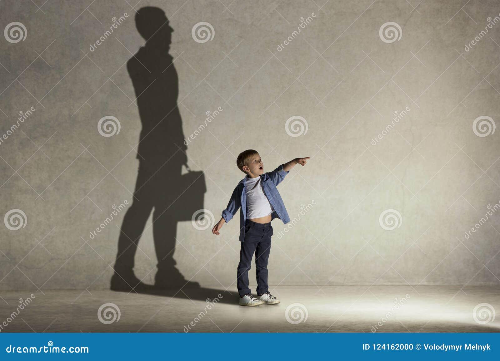 De kleine jongen die over zakenmanberoep dromen