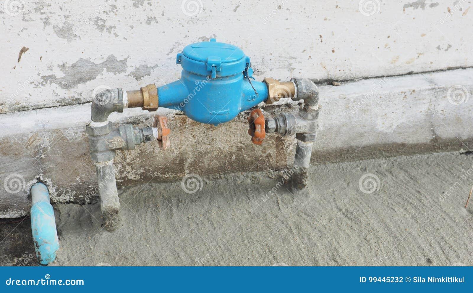 De klep van waterloodgieterswerk plaatste een voorzijde van huis