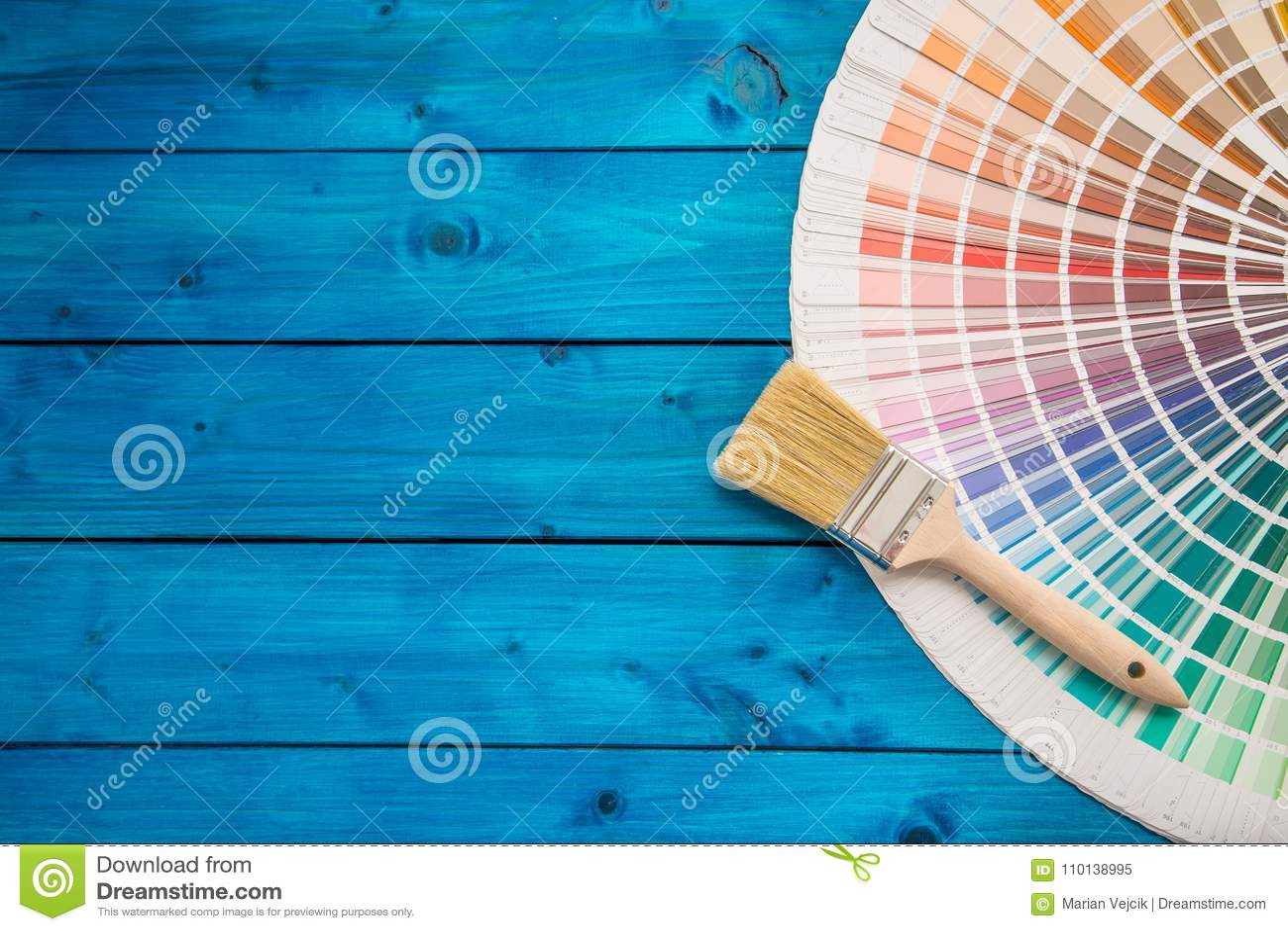 De kleurenpalet van verfblikken, blikken met borstels op blauwe lijst worden geopend die
