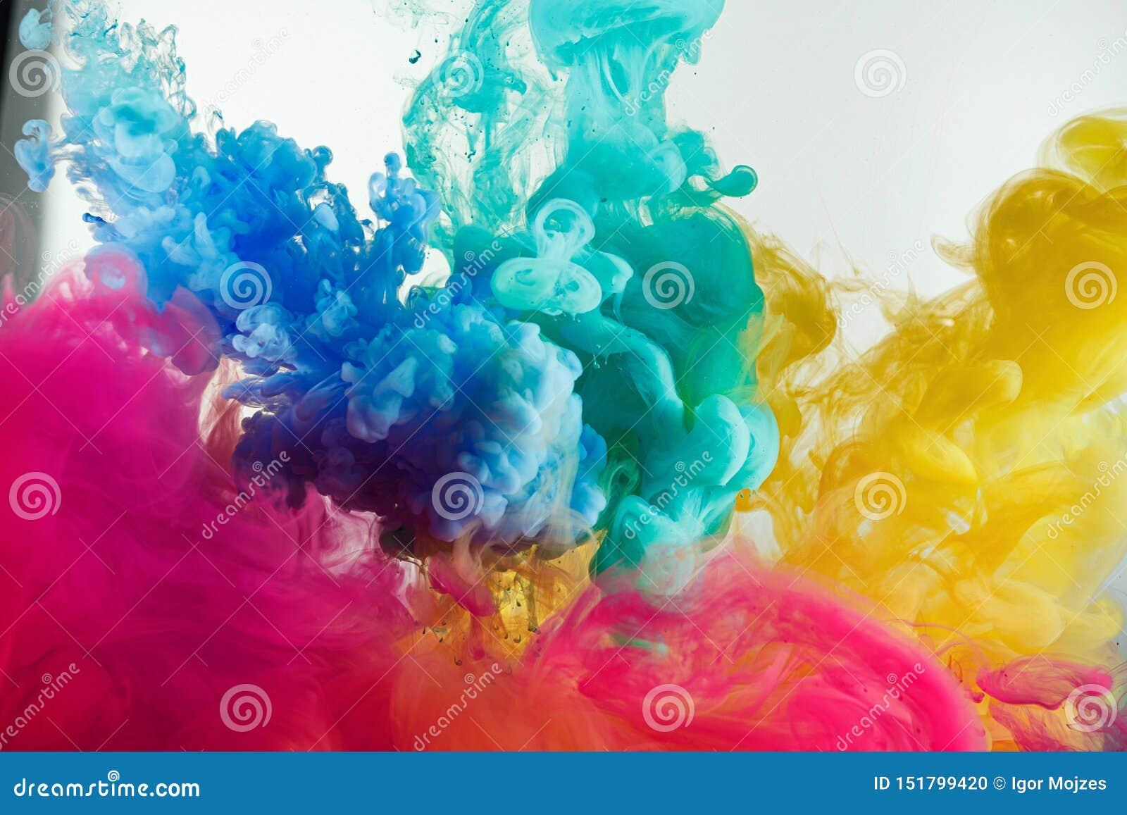 De kleurenplons van de inktregenboog in water