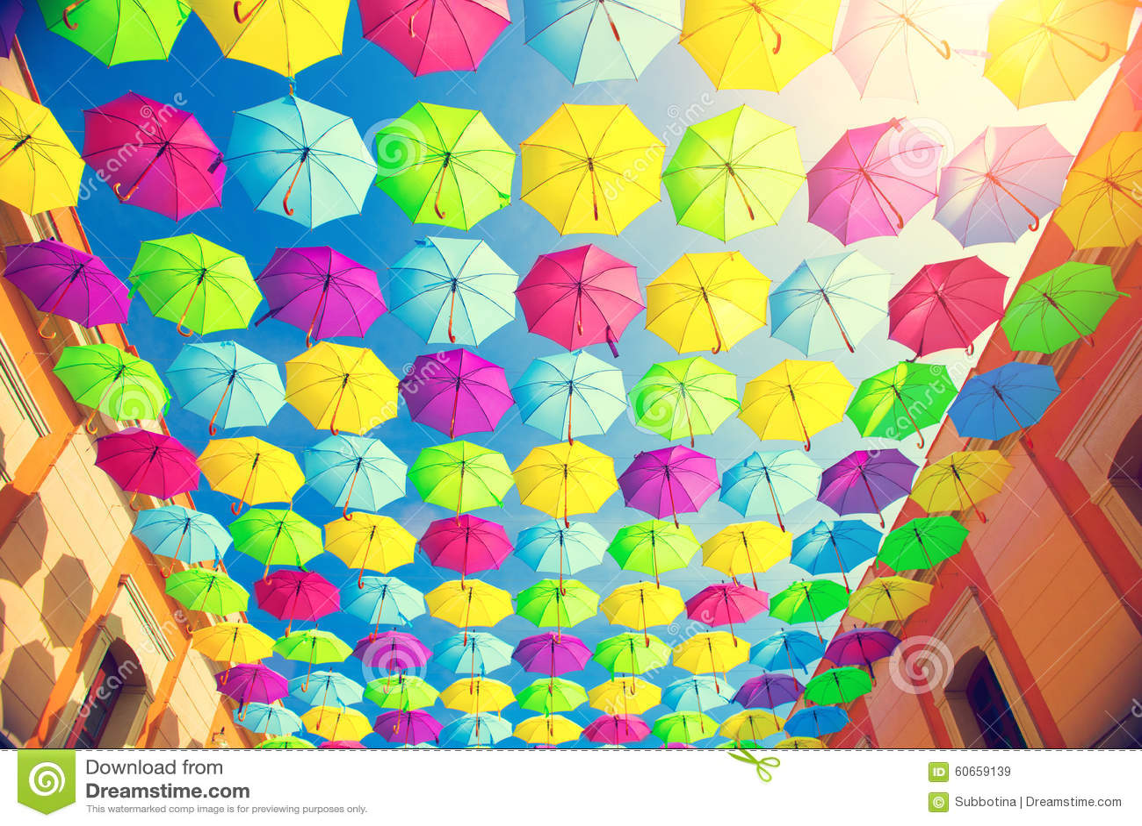 De kleurrijke decoratie van de paraplu 39 s stedelijke straat stock foto afbeelding 60659139 - Decoratie geel ...