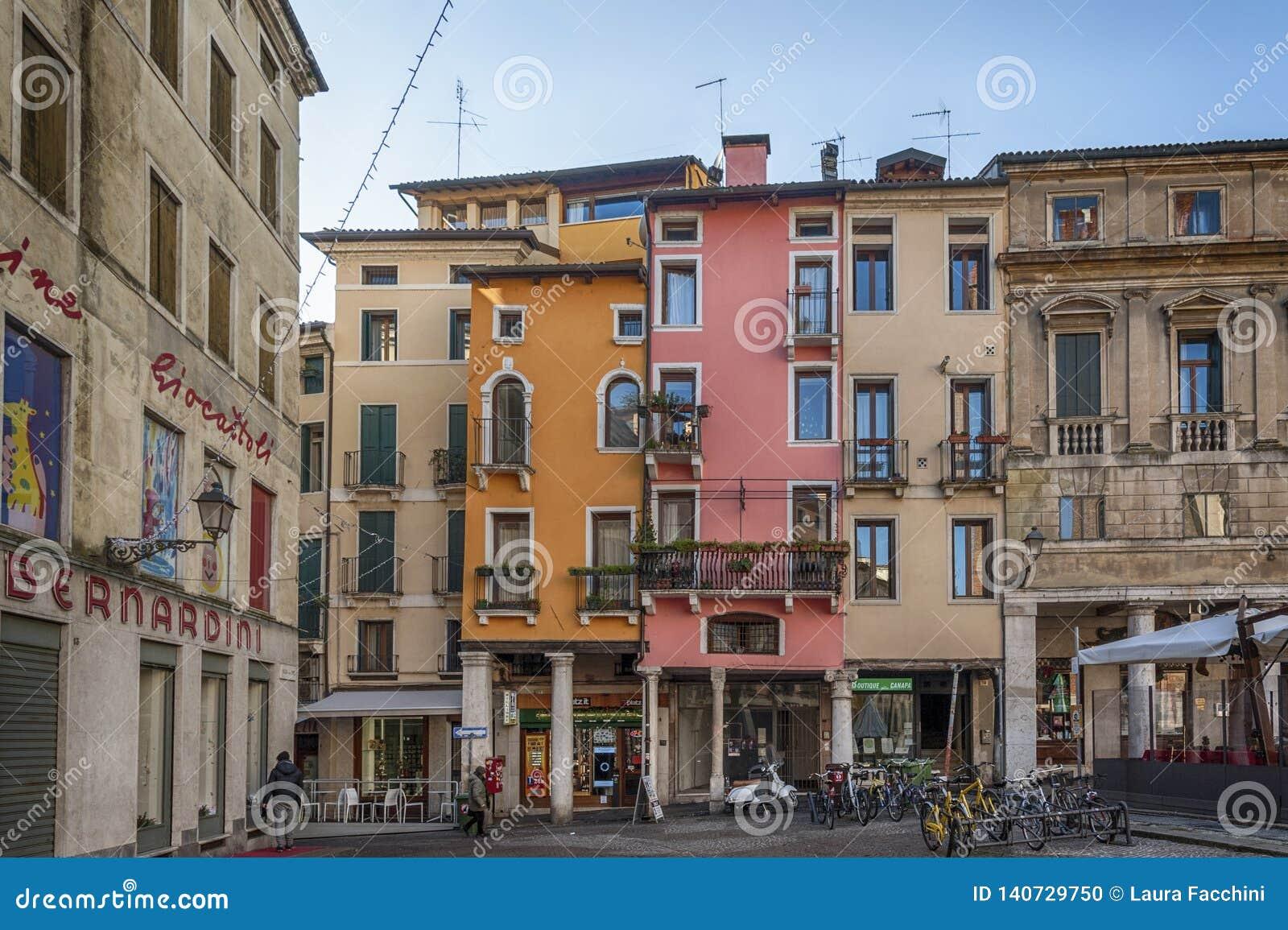 De kleurrijke huizen van Delle Biade-vierkant dichtbij Piazza Dei Signori - Vicenza, Italië