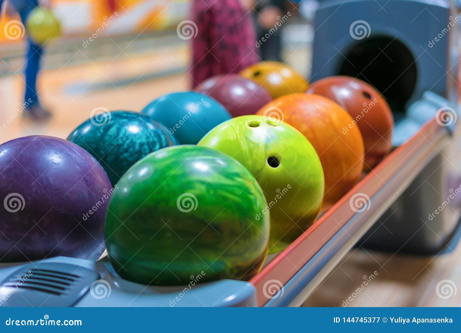 De kleurrijke kegelenballen op bal keren dicht omhoog terug
