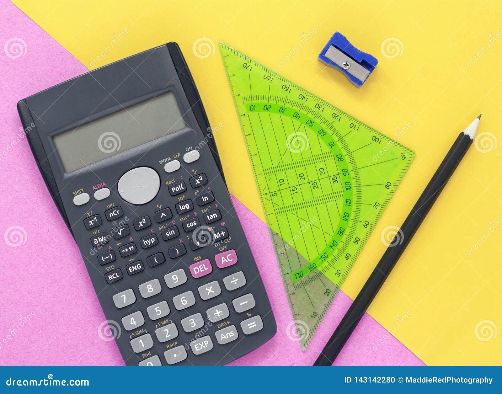 De kleurrijke roze en gele bureauvlakte legt met calculator