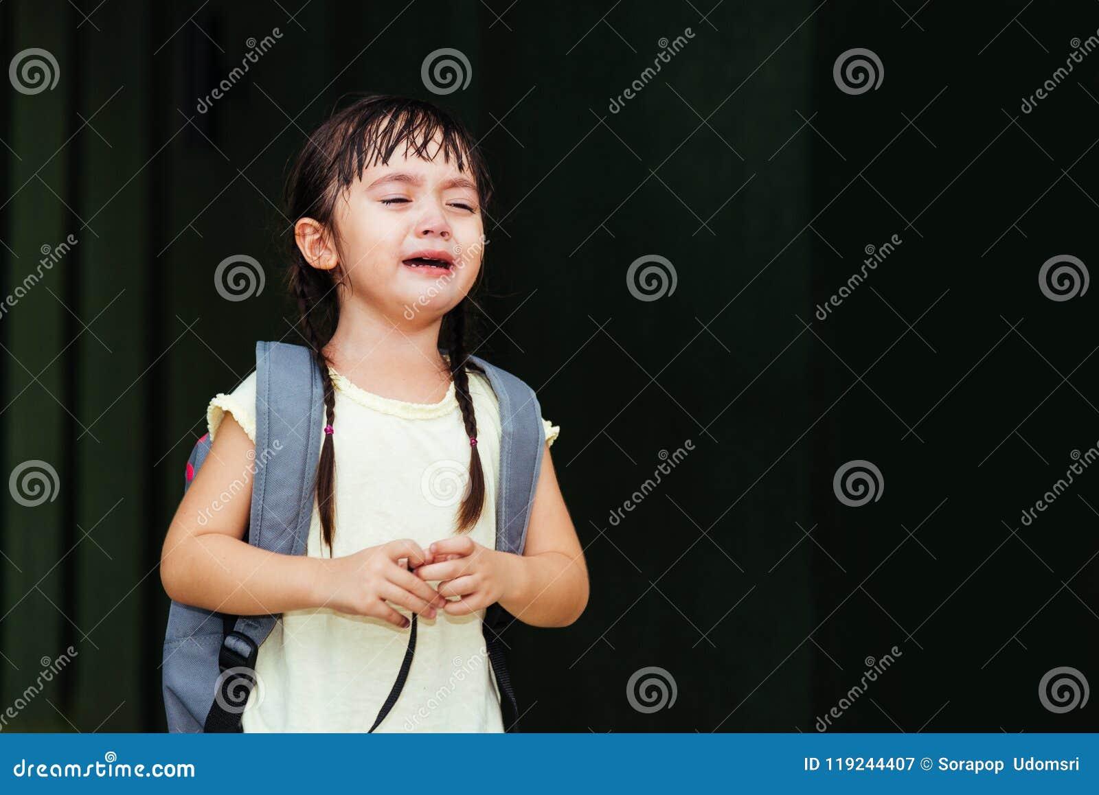 De kleuterschool die van het de zoonsmeisje van het kinderenjonge geitje droevige schreeuw schreeuwen