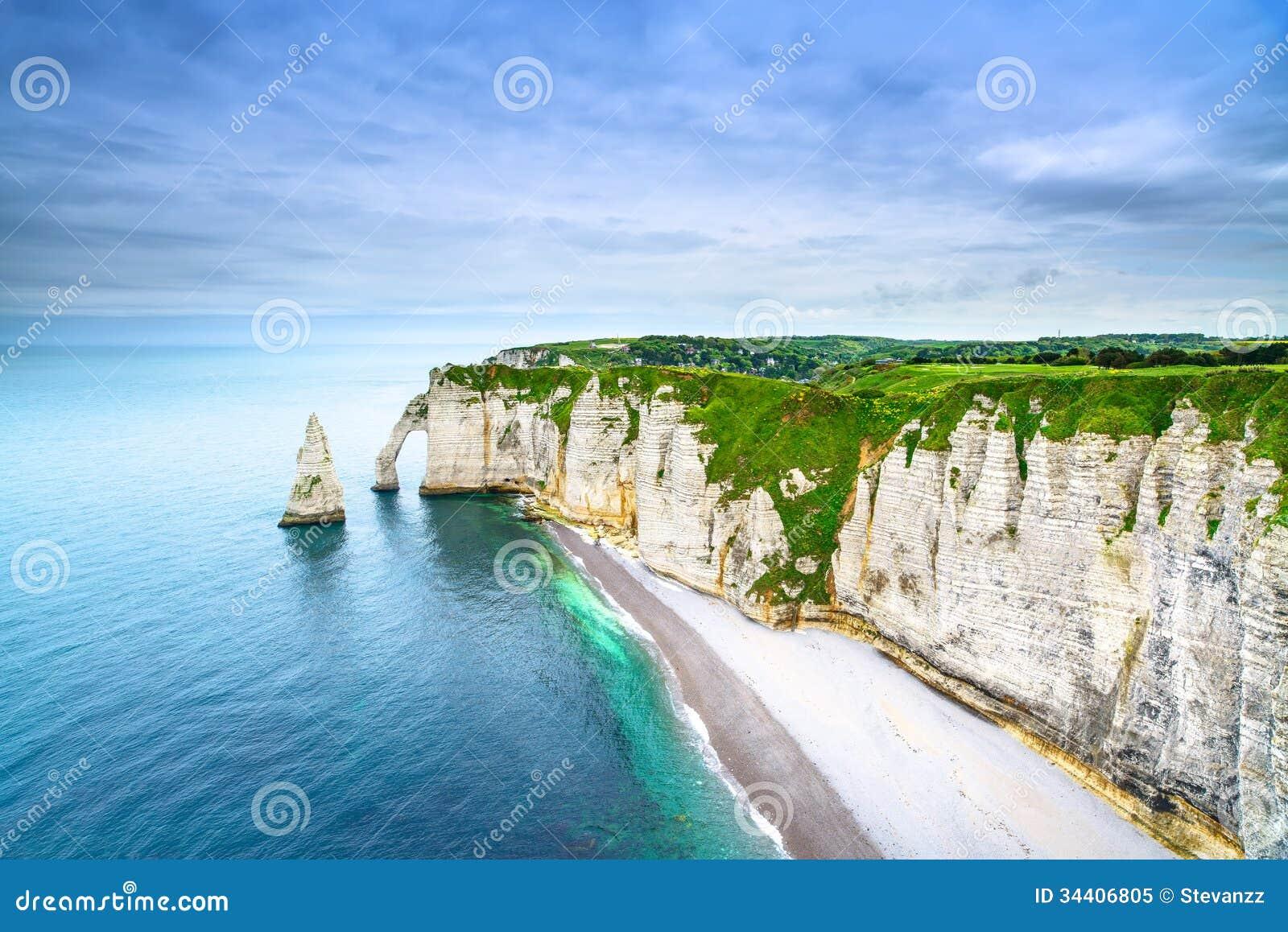 De klip van Etretataval en rotsenoriëntatiepunt en oceaan. Normandië, Frankrijk.