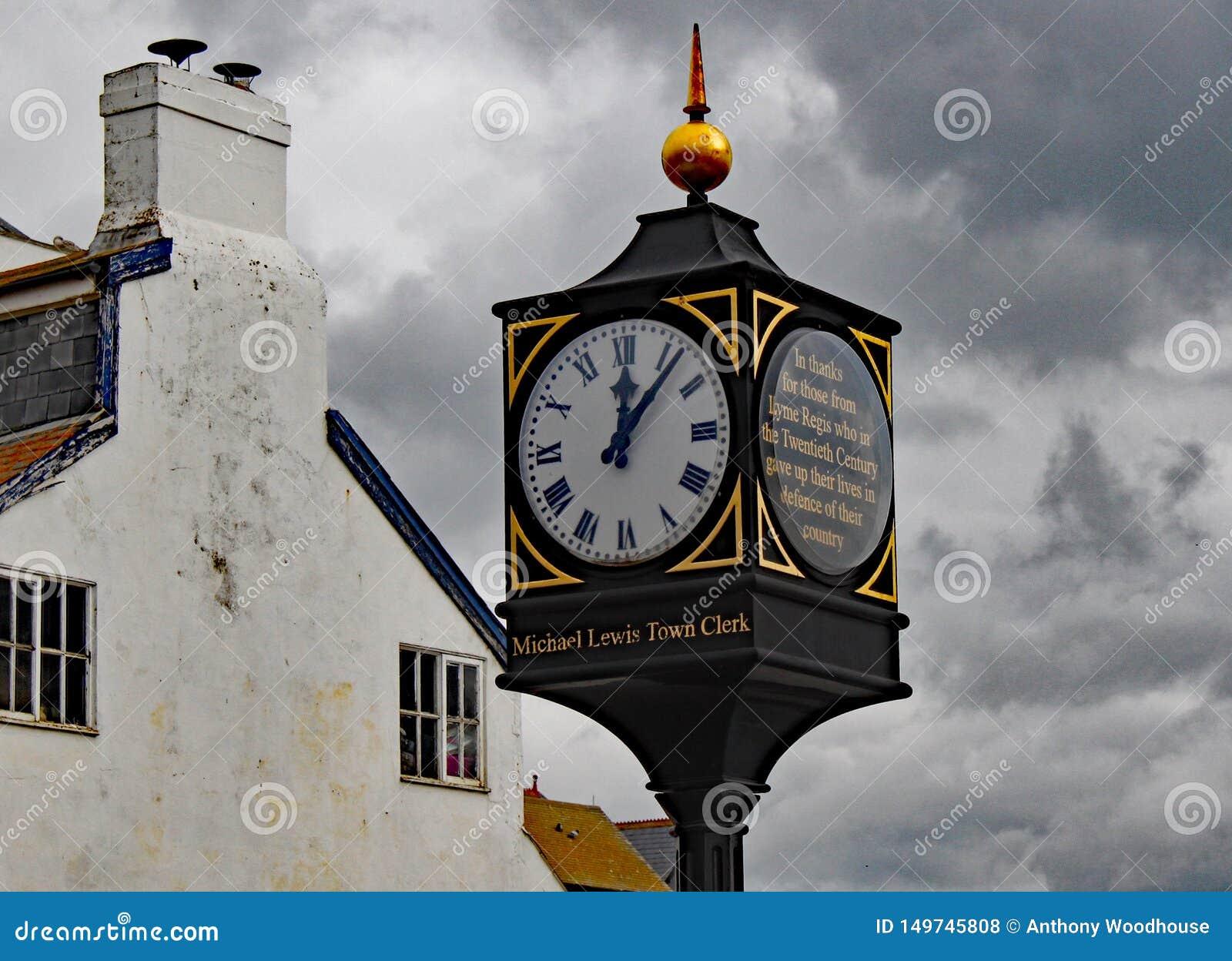 De klok dichtbij de overzeese voorzijde in Lyme REGIS die hen herinneren die hun leven ter verdediging van hun land gaven