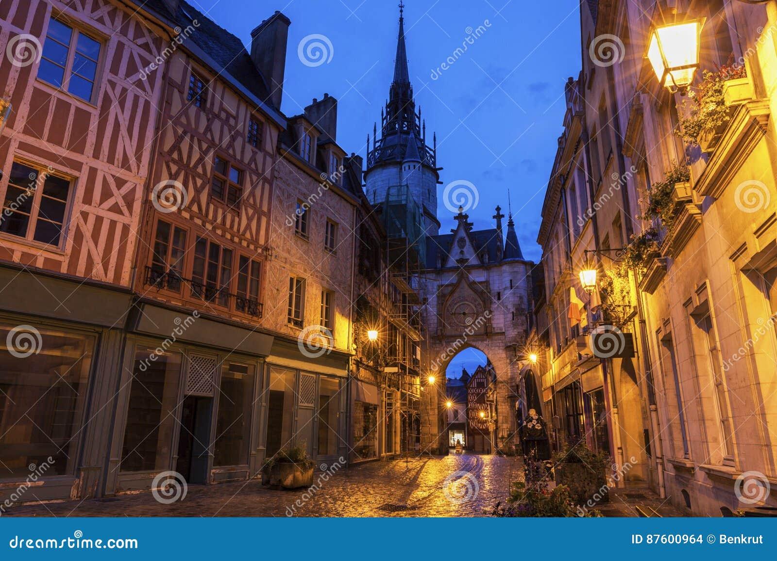 De Klokketoren van Auxerre bij nacht