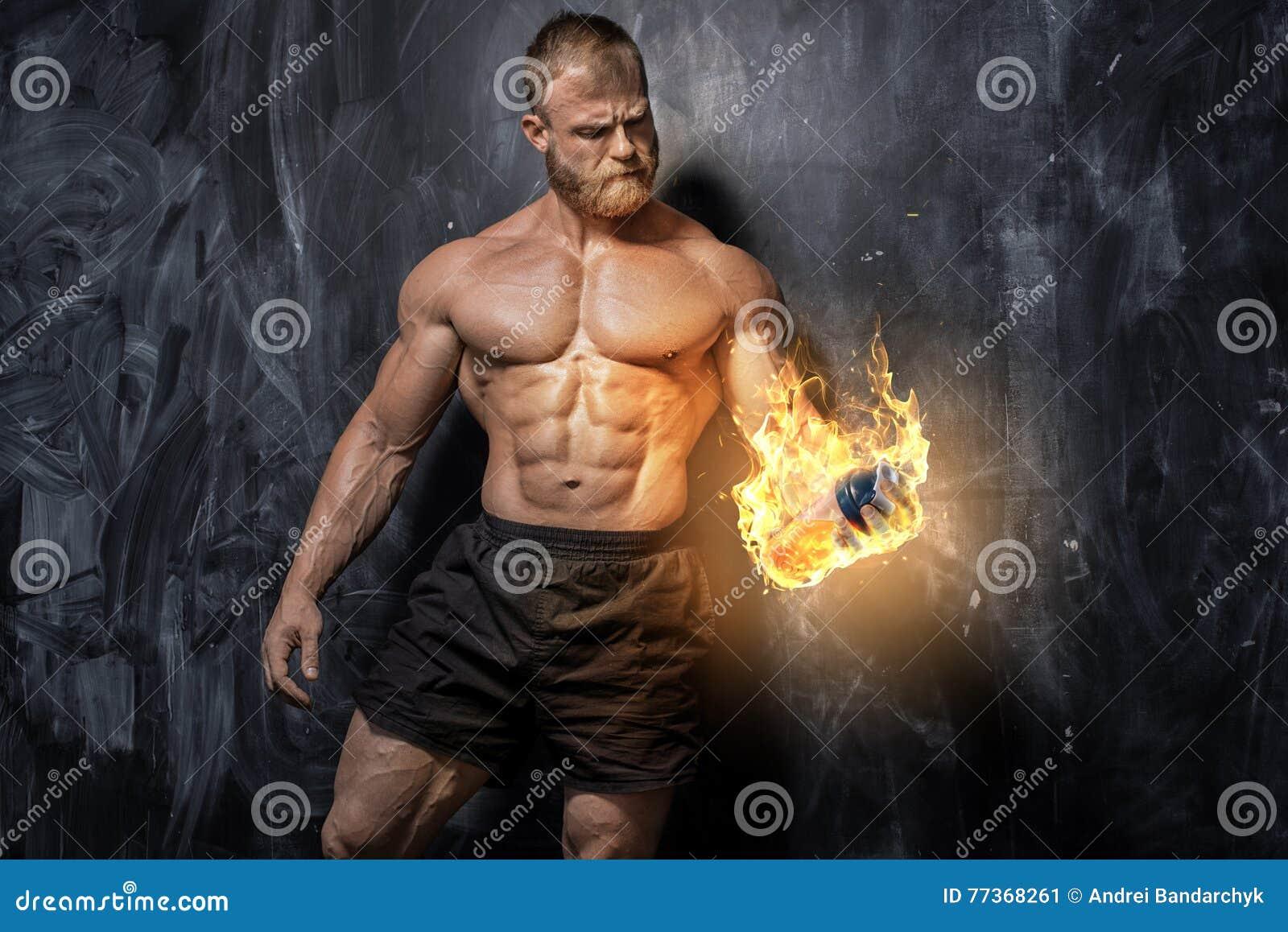 De knappe bodybuilder van de machts atletische mens