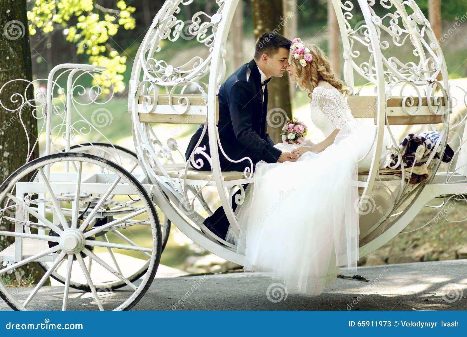 De knappe mooie bruid van het bruidegom kussende blonde in magische fee t