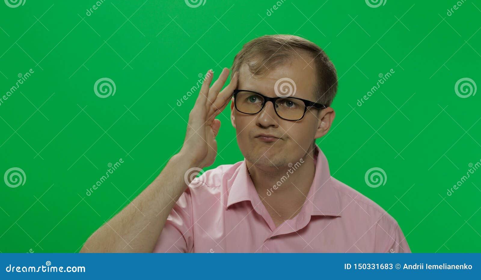 De knappe nadenkende mens in roze overhemd denkt over iets Twee in: 1