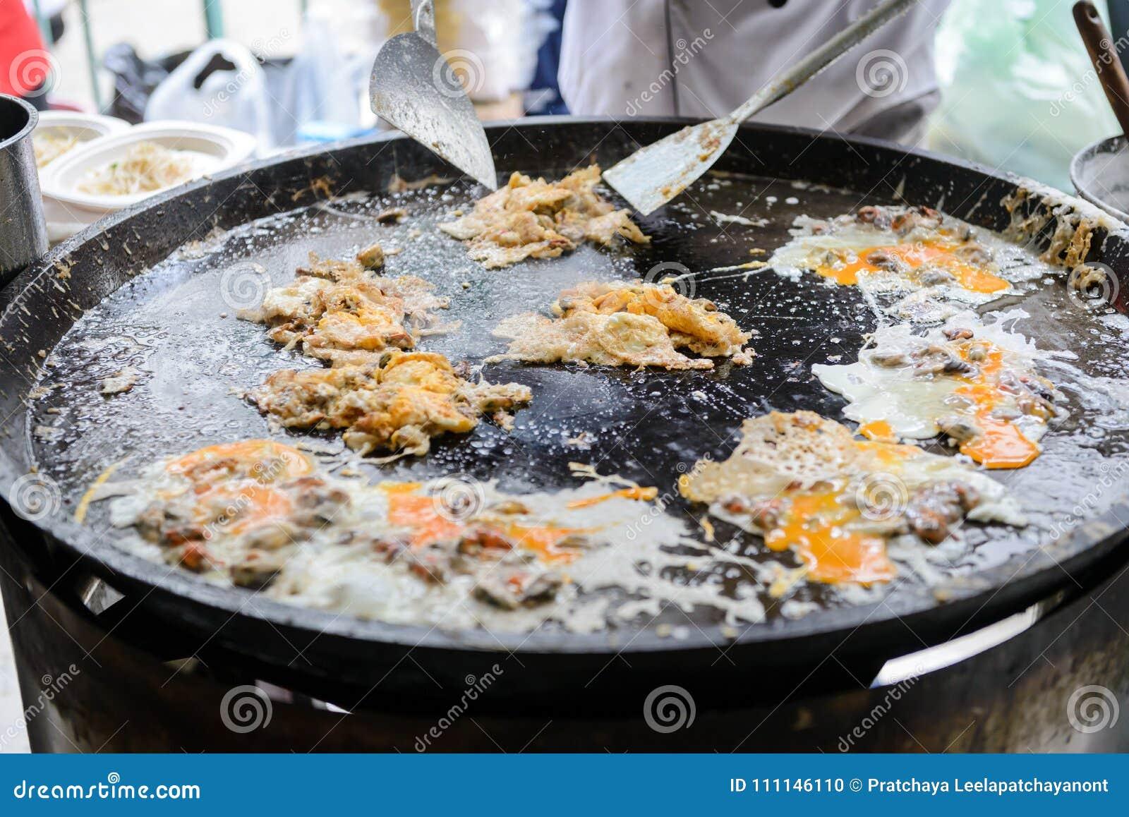 De knapperige die Oesteromelet maakte van bloem met mossel of oesters en ei wordt gemengd