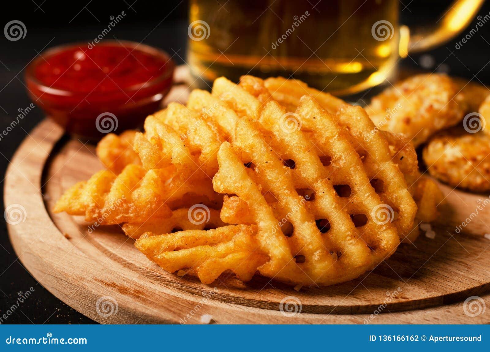 De knapperige gebraden gerechten van aardappelwafels, golvend, kreukbesnoeiing, criss dwarsschreeuwen