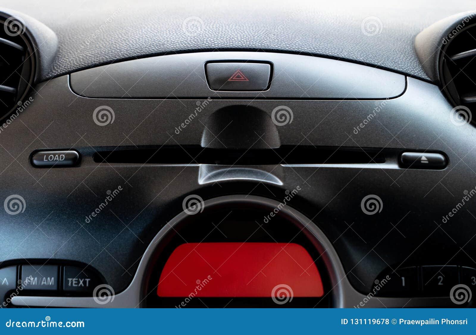 De knoop van de autonoodsituatie en CD/DVD-spelergroef in bestuurdersplaats